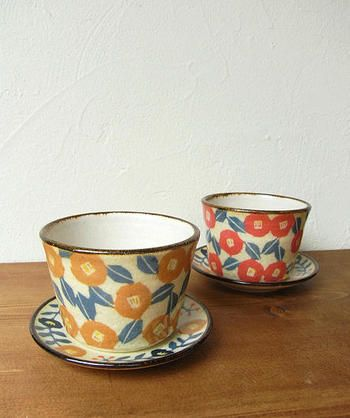 椿がデザインされた花模様カップと豆皿です。セットで使っても、豆皿にお菓子を乗せてもかわいいですね♪