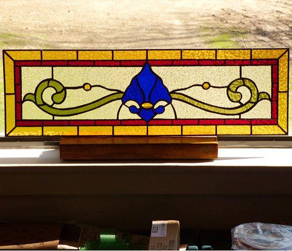 Victoriana flor de lis espejo de vidrio. Añadir un clásico para alegrar la entrada de la puerta de entrada, añadir privacidad o un toque de bonito. Se trata de un travesaño de hermoso estilo victoriano con una mezcla de azul cobalto, rojo rubí, ámbar y ámbar gemas. Precio se basa