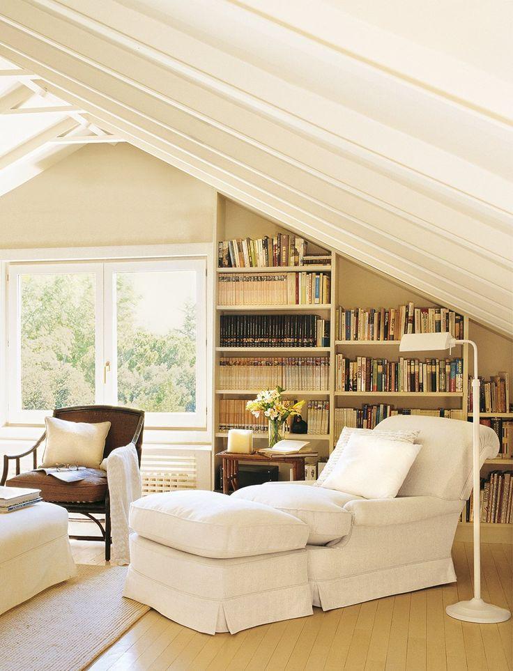 Adáptala a un techo abuhardillado  Las paredes de las buhardillas son difíciles de aprovechar. Una librería es una muy buena solución.