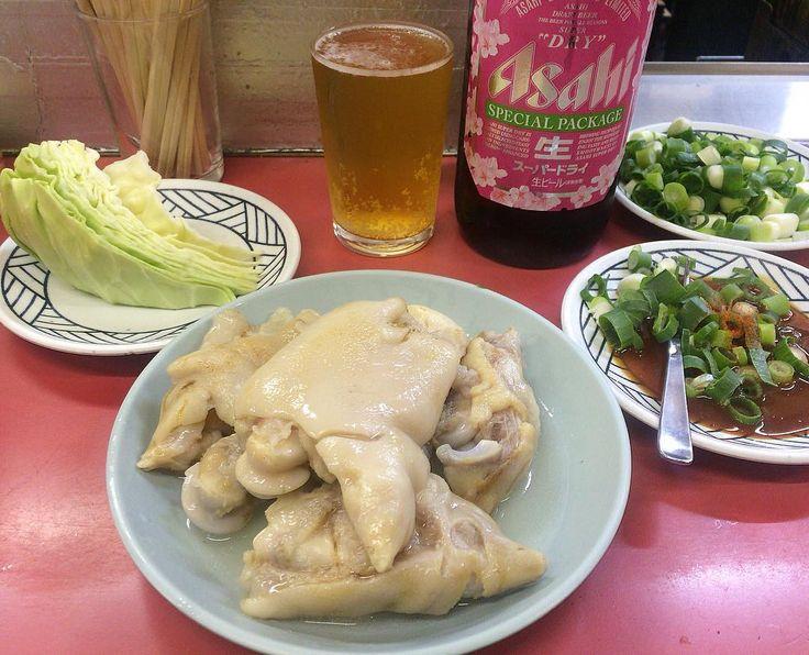 仕事終わりに 久しぶりに #かどや さんへ  やっぱりここの豚足はめっちゃ美味しい 豚足は好き嫌いハッキリ分かれる料理やなーと思いながら投稿 でもこの絵面分かる人には分かる良さ 最初は瓶ビール 飲み終わったら持ち込み(ビール焼酎日本酒以外なら持ち込みOK)のチューハイロング缶 〆にスープがいつもの流れ 途中串焼きのミノも食べて ごちそうさまでした  #OSAKA #大阪 #大阪市 #浪速区 #難波 #なんば #ミナミ #夜ご飯 #夜ごはん #呑み #飲み #豚料理 #串焼き #居酒屋 #豚足のかどや #お酒 #酒 #ビール #beer #大瓶 #瓶ビール #アサヒ #スーパードライ#asahi #アテ #豚足 #ホルモン #美味ぃだけ  by _t_k_a_k_1_