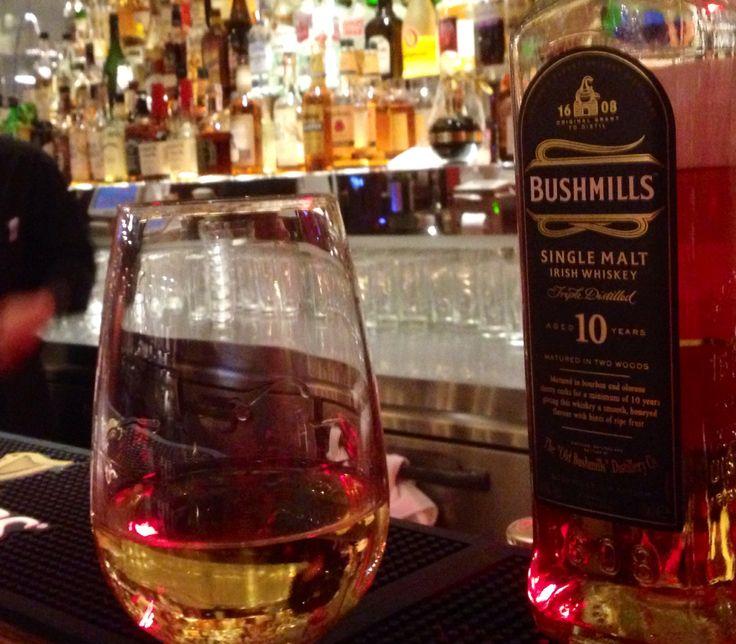 ブッシュミルズ10年。 この琥珀色にはアイルランドの空気が溶けている。 世界最古のウィスキーだったかな。