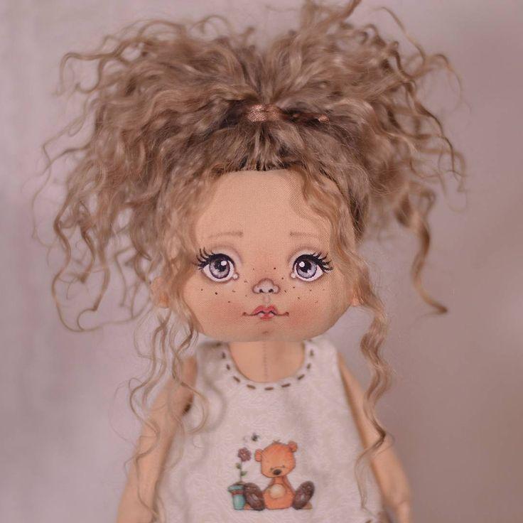 Вот такие мы со взрослой прической ☺ #куклы #кукла #авторскаяигрушка #ручнаяработа #авторскаякукла #игрушканазаказ #интерьернаякукла #подарок #идеяподарка #куклаизткани #doll #artdoll #instadoll #текстильнаякукла #инстаграмнедели #люблю #люблюсвоюработу #омск