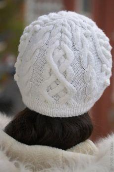 Женская вязаная шапка с аранами. Белая женская шапка спицами со схемой. |