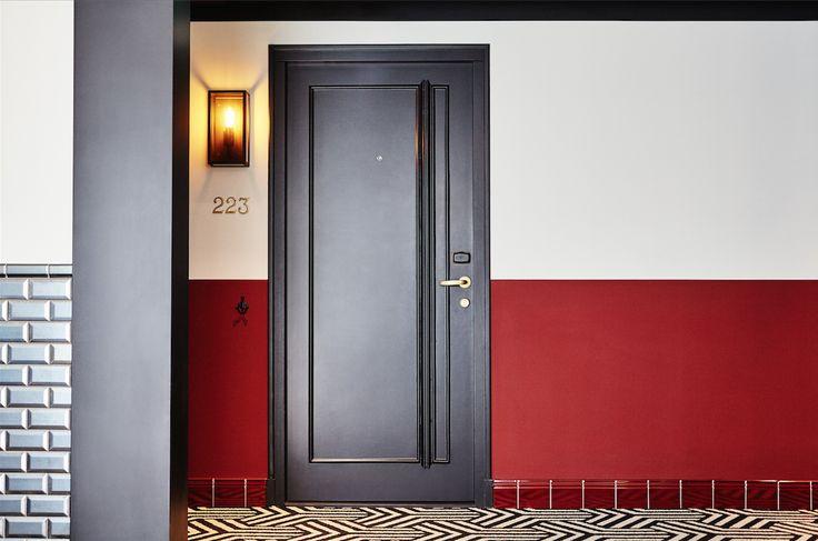 高さの有るグロスタイルの巾木が、共用廊下にも外部にいるような #エクステリア 感を含ませ、部屋に入るまでの期待が膨らみます。
