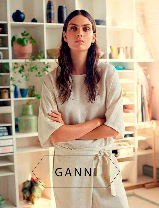 A marca dinamarquesa Ganni vem conquistando admiradores no mundo da moda. Com peças de ar minimalista, cortes retos e elegantes, a marca foge do lugar comum