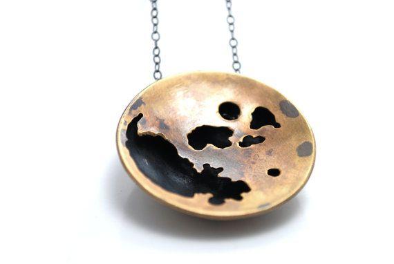 Een abstracte weergave van de maan in messing. De hanger is hand gesneden met de eenvoudige silhouet kraters van de maan. Het effect van schaduw vak accentueert de lunar silhouet vormen en geeft het stuk mooie dimensie. Het stuk is ongeveer 1 1/4 diameter, en blijft hangen op een 17-inch sterling zilver geoxideerd keten. De messing is ook geoxideerd waardoor het een antieke en iets donkerder look. Geen behoefte aan deze sieraden schoon! Ook kan ik aangepaste stukken.