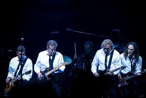 The Eagles : Eagles es una prestigiosa banda estadounidense de rock formada en Los Ángeles, California en 1971.1  Inicialmente su música era una mezcla entre country e instrumentación bluegrass con armonías de surfer rock californiano. El resultado fueron baladas sensibles y música con cierto toque country y pop-rock. Sus letras hablaban de coches, relaciones y vidas sin rumbo. Los inventores de este género fueron cantautores tremendamente dotados, entre