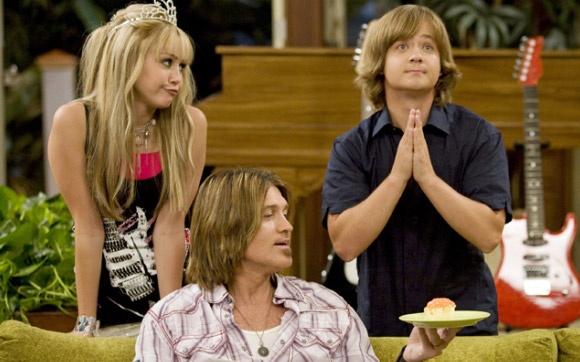 Família Stewart: Hannah Montana  Só de falar da série já começamos a rir ao lembrar os momentos mais engraçados do trio Miley, Jackson e o pai deles, Robby. Seja com Jackson e seus relacionamentos, ou eles tentando ajudar a Miley a proteger seu grande segredo, a família sempre se mostrou unida e feliz. As cenas envolvendo os Stewart reunidos sempre rendiam alguns dos melhores momentos do seriado.