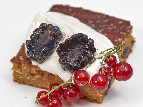 Celozrnný jogurtovo-mrkvový koláč s brusinkami a citronovou polevou