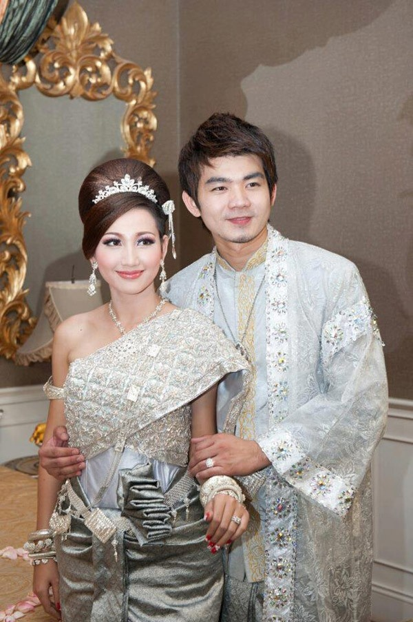 Khmer Star Eang Vichai and Hin Channiroth in Khmer Traditional Wedding Dress |POPBODIA