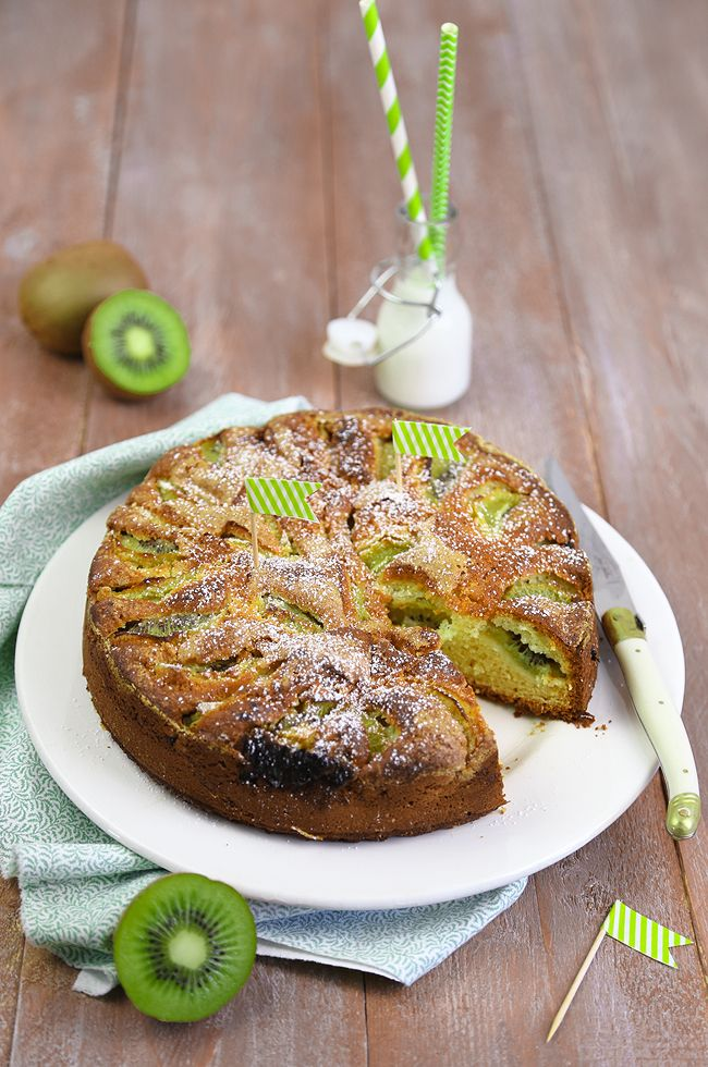 Torta di kiwi: dolce alla frutta ideale a colazione: un impasto soffice arricchito con kiwi maturi; una ricetta per iniziare con carica la giornata.