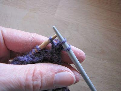 Når du har strikket og syet tasken sammen er det tid til at lave kanter og hank. Du kan vælge at hækle rundt langs kanten... Eller strikke...