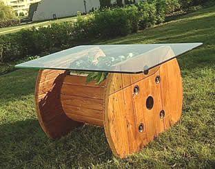 Mesa de jardín con una bobina de madera reciclada