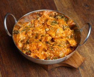 Poulet à l\'indienne 8 hauts de cuisses de poulet désossés, sans peau1/2 c. à thé sel1/2 c. à thé poivre2 c. à table huile végétale1 oignon haché2 gousses d'ail hachées3 c. à thé gingembre frais haché2 c. à thé garam massala10 oz bébés épinards frais1 grosse tomate hachée1 tasse bouillon de poulet2 c. à table (grosses) pâte de cari jaune douce genre Patak's1 botte de coriandre fraîche hachée