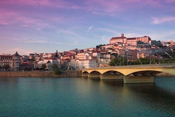 Foto: Río Mondego y el Puente de Santa Clara en Coimbra, Alan Copson/JAI/Corbis | Coimbra, la bella del norte de Portugal - via Revista Viajar
