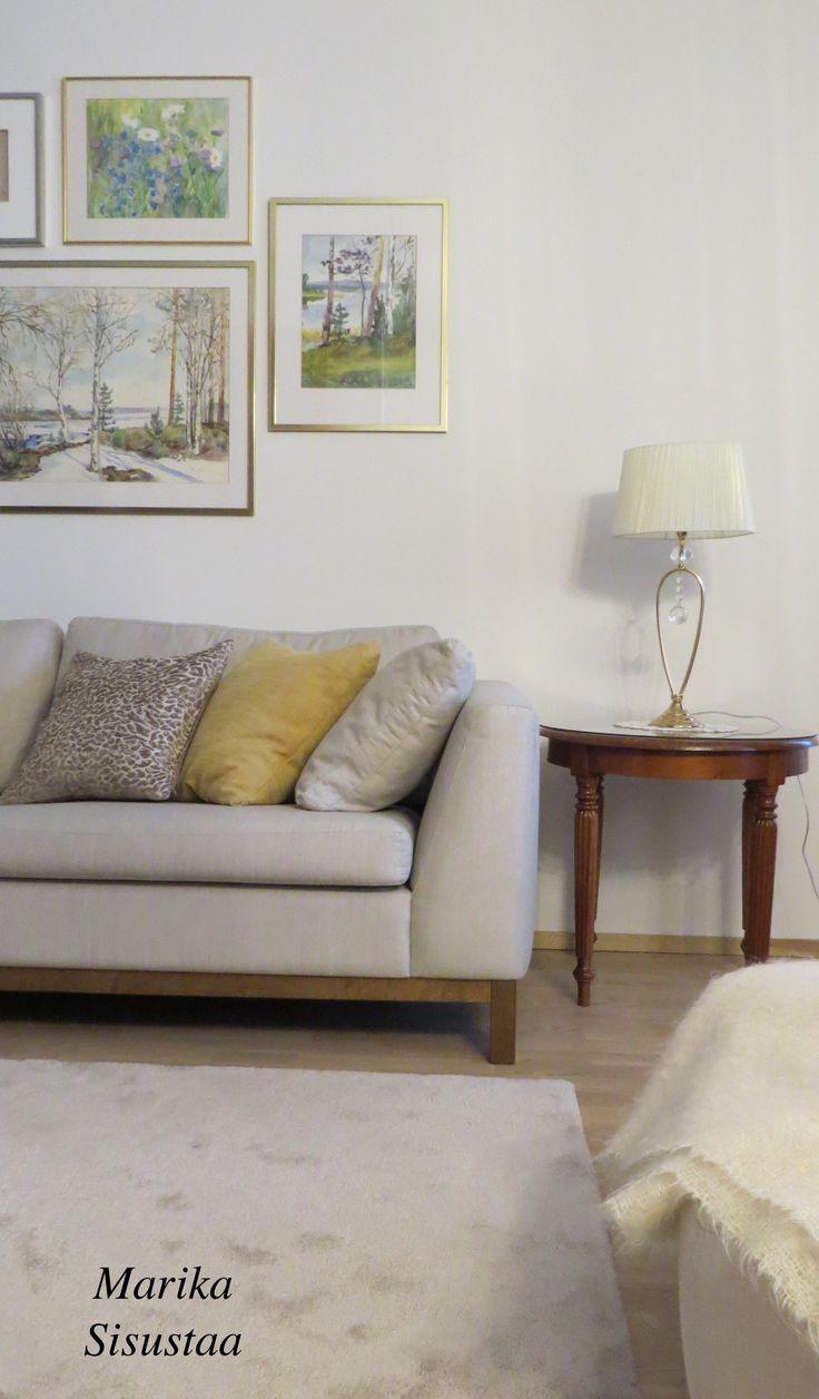 Vaalea beige olohuone, taulut, taide, arvo huonekalut, vanhat huonekalut
