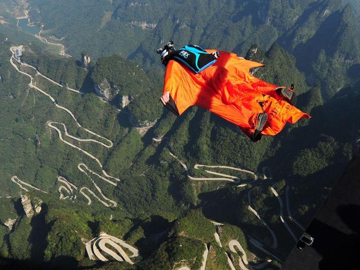 Un participante vuela sobre la montaña Tianmen en Zhangjiajie durante el 4th Red Bull WWL China Grand Prix