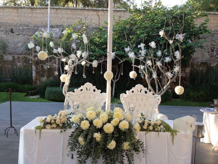 Mesa de novios decorada por merezzco lo mejor de for Arreglos de mesa para boda en jardin