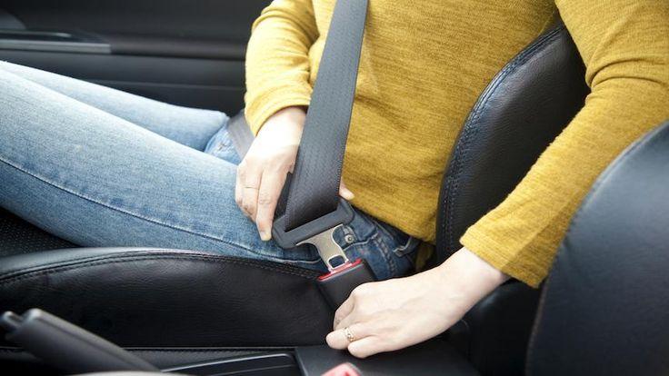 Inúmeras fatalidades em acidentes de carro poderiam ter sido evitadas se as vítimas estivessem usando cinto de segurança. Mas como uma tira de pano pode fazer a diferença entre a vida e a morte? O que ela faz realmente?