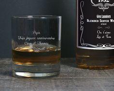 Quelque chose de spécial à célébrer ? Une occasion de trinquer ? Offrez ce verre à whisky personnalisé sur lequel vous aurez fait graver le message de votre choix : félicitations, anniversaires, remerciements, déclarations... Un cadeau aussi unique que pratique, à utiliser tout de suite. Santé !