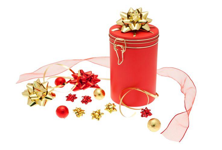 ie hochwertige rote Weihnachtsdose DSA 027 passt perfekt zur Weihnachtszeit als raffiniertes Geschenk für Ihre Kunden. Ein hübsch verpacktes Mitbringsel z.B. mit goldener Schleife lässt sicher die vorweihnachtliche Atmosphäre verzaubern.