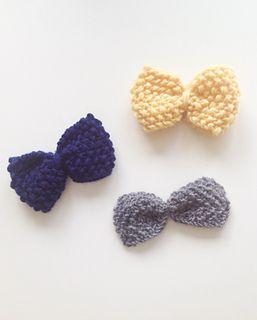Sløyfe som kan brukes som både sløyfe rundt halsen og hårsløyfe