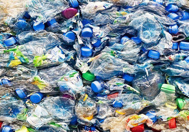Só nos Estados Unidos, 17 milhões de barris de petróleo são usados todos os anos para produzir bilhões de garrafas PET, das quais menos de 30% são recicladas. Quando não se acumulam nos lixões, as garrafas plásticas prejudicam a vida marinha e os ecossistemas aquáticos, oferecendo riscos aos animais. A cidade de São Francisco, na Califórnia, deu mais um passo rumo à ambiciosa meta de lixo zero: agora, estabelecimentos estão proibidos de vendergarrafas plásticas de menos de 600 ml e…