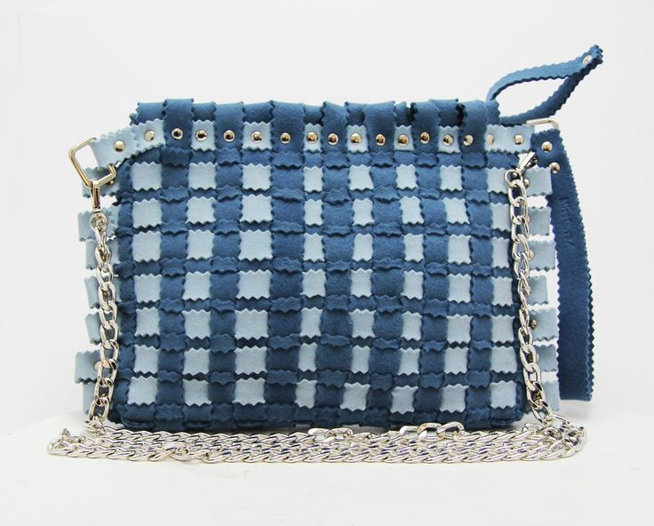 Fashion felt bag in a blue colour, with a silver chain. The perfect woman bag for your summer. Discovery it: feltrando.com.