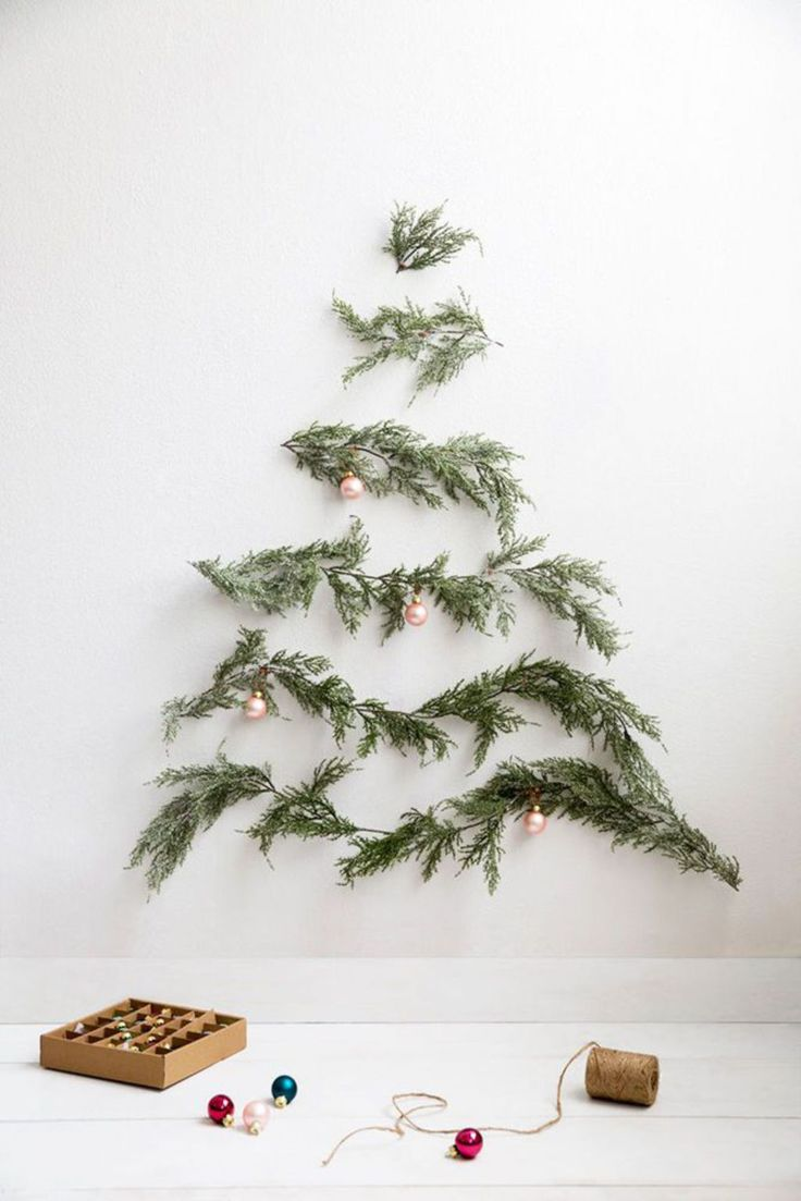 Un sapin de Noël original  réalisé avec des branches de sapin fixées au mur  #decoration #murale #noel