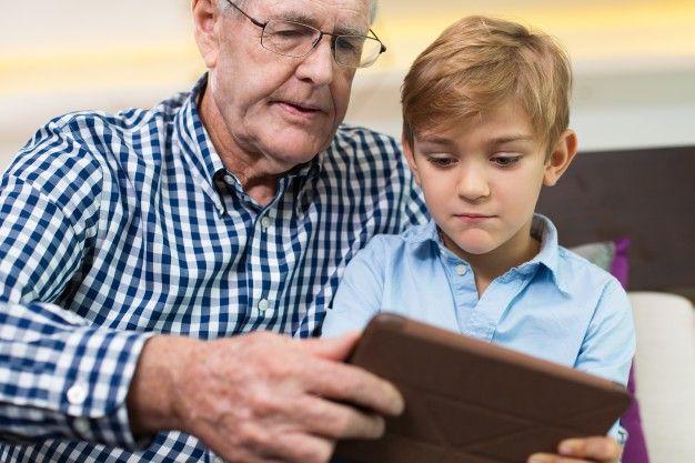 relación anciano abuelo juego adminículo Foto Gratis