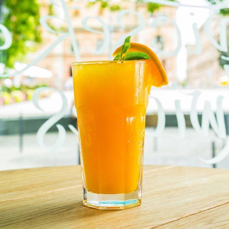 INDULJON A NYÁR LIMONÁDÉ Természetesen homoktövissel!!! Próbáld ki ezt a remek hűsítő, savanykás homoktövis limonádét, ami tökéletes szomjoltó a nyári forróságban! Hozzávalók: – 1 dl homoktövis velő – 3 dl víz – 5 cl bodzaszörp – 1 lime karika / 1 szelet narancs – pár mentalevél – pár szem jégkocka  Elkészítés: A szörpre öntsük