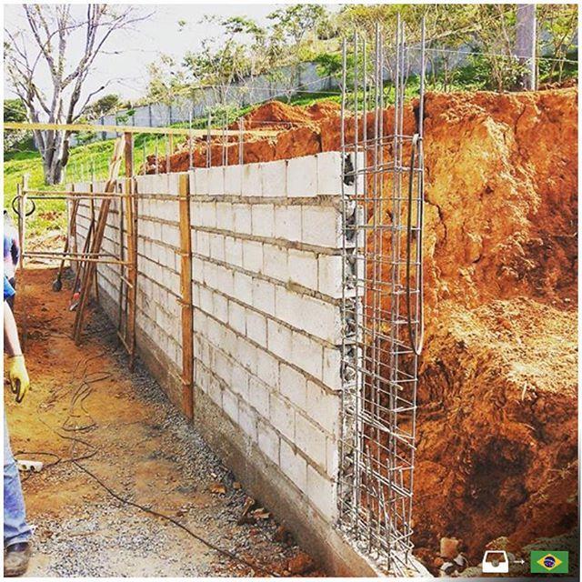 Muro de contenci n con ocho filas de bloques de hormig n for Construir muro de bloques