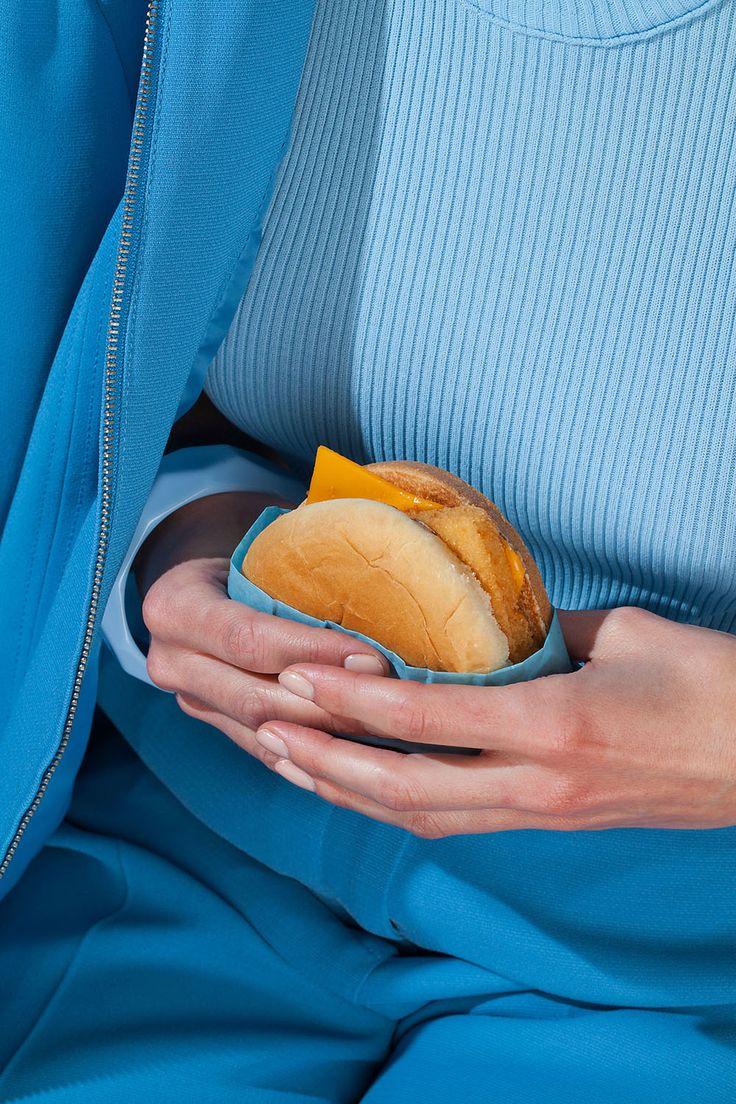 Snacks Wardrobe é um projeto em parceria entre a fotógrafa Kelsey McClellan e a estilista Michelle Maguir, que conceberam uma seleção de imagens cujas roupas combinam perfeitamente com vários alimentos.    A série se inspira na cor, textura e desi...