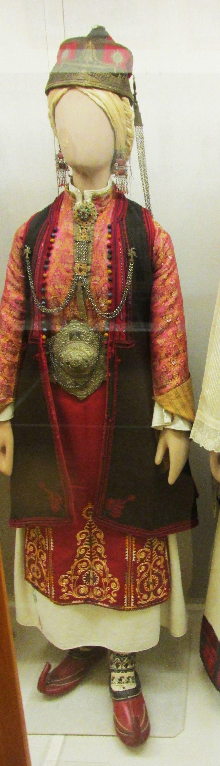 Γυναικεία παραδοσιακή φορεσιά απο τη Ζίτσα της Ηπείρου.(Εθνικό Ιστορικό Μουσείο,Αθήνα)