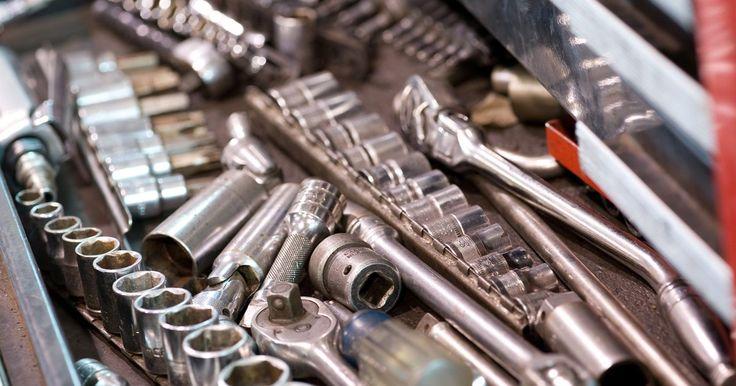 Tallar un nombre con una Dremel. La Dremel es una herramienta giratoria versátil. El motor de la herramienta hace girar la punta adjunta para cortar, tallar, lijar o hurgar. Puedes configurar su Dremel para tallar nombres en madera o metal con una punta de corte para grabar. Personaliza un pedazo de madera o de un proyecto con un nombre decorativo. También puedes firmar con tu ...