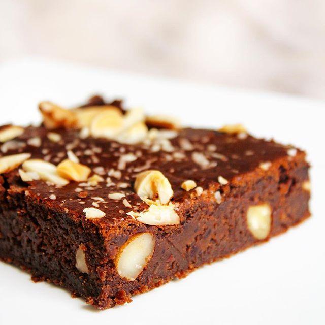 Psst, la recette du délicieux Brownie chocolat & amandes protéiné vous attend sagement sur le blog 🤗 Avec un ingrédient magique, les haricots rouges ✨ www.laurahealthyvegan.com