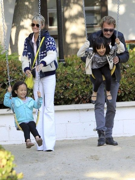 Laeticia Hallyday Photos - Singer Johnny Hallyday and his wife, Laeticia Hallyday, went for a family outing to Taverna Tony and stopped for some playtime at the swingset in Malibu, California on April 27, 2013. - Laeticia Hallyday Photos - 518 of 2165