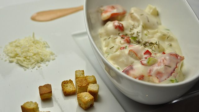 «Mes origines madelinotes me poussent à vous suggérer cette recette assez classique, mais délicieuse, de chaudrée aux fruits de mer. Utilisez des pétoncles et du...