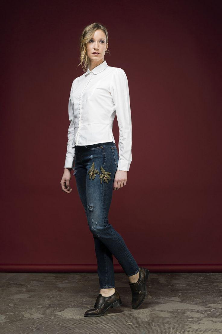 Tarner è un jeans skinny 5 tasche vita alta realizzato in denim blu stretch 13 once su lavaggio vintage scuro lavorato con fresature e rotture ed arricchit