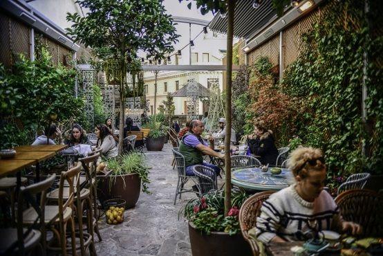 El edén secreto de Montera. Un salón de té en la última planta de la tienda de Salvador Bachiller. Abierto tanto en verano como en invierno. Montera, 37