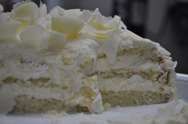 O Creme 4 Leites Que Não Vai Ao Fogo é perfeito para bolos, pavês e frutas e é muito fácil de fazer. Basta bater todos os ingredientes na batedeira, espera