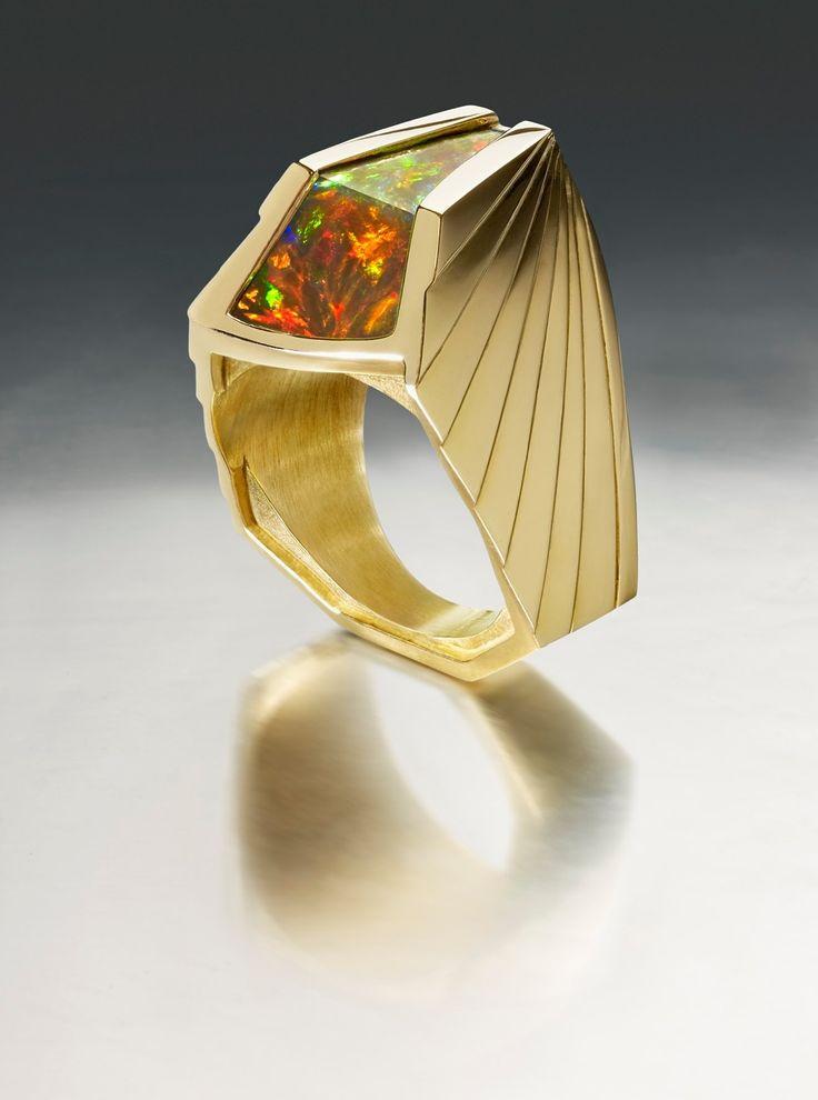 "Ring ""Axum"" with a 7cts Wello black opal set in 18k gold, 2010. Ornella Iannuzzi. Propriété de la créatrice."