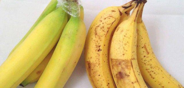 Zabalte stopky banánů do potravinové fólie a déle vydrží.