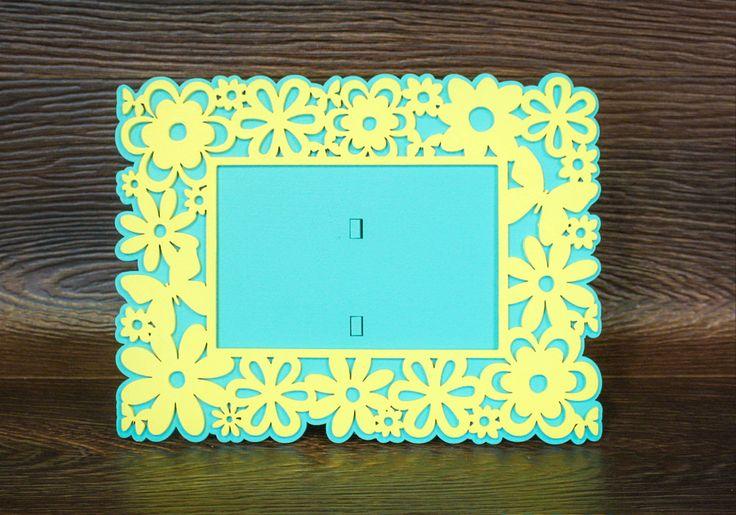 Рамка для фото «Цветы» выполнена способом лазерной резки. Используемый материал МДФ. Рамка двухцветная, окрашена водоэмульсионной краской в желтый цвет и цвет Тиффани. Такая летняя рамка с цветочным орнаментом станет прекрасным оформлением для ваших летних фотографий. Рамочку можно поставить на стол или полочку. На задней части размещена ножка-опора. Размер рамочки с цветочками в высоту достигает 25 см, в ширину 19 см. Подойдет для фото размера 20 на 15 см…