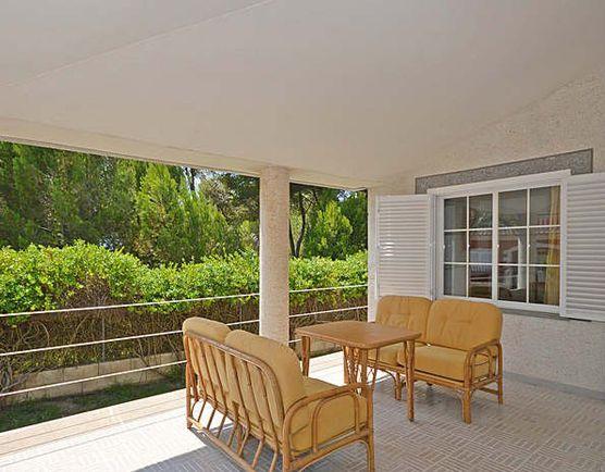 На заднем дворе вы сможете наслаждаться бассейном и небольшой зоной, для  загорания.  Географическое расположение дома великолепено своим сочетанием спокойствия, и близостью ко всем удобствам и местам досуга. В нескольких метрах находится красивый природный песчаный пляж, для спокойного отдых.