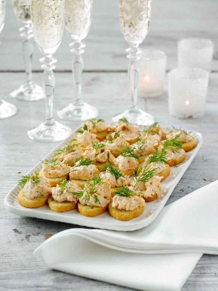 Festligt tilltugg med härlig smak av hummer. Blanda färskost med Hummerfond, dill och kräftstjärtar. Lägg en klick på crostini och toppa med dill.
