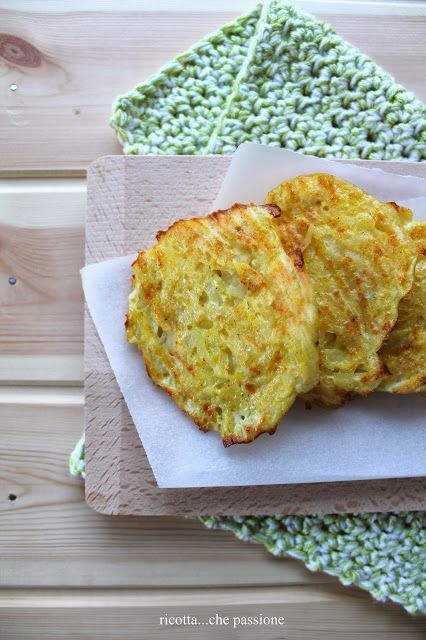 Frittelle, non fritte, con patate e verza alla paprica.
