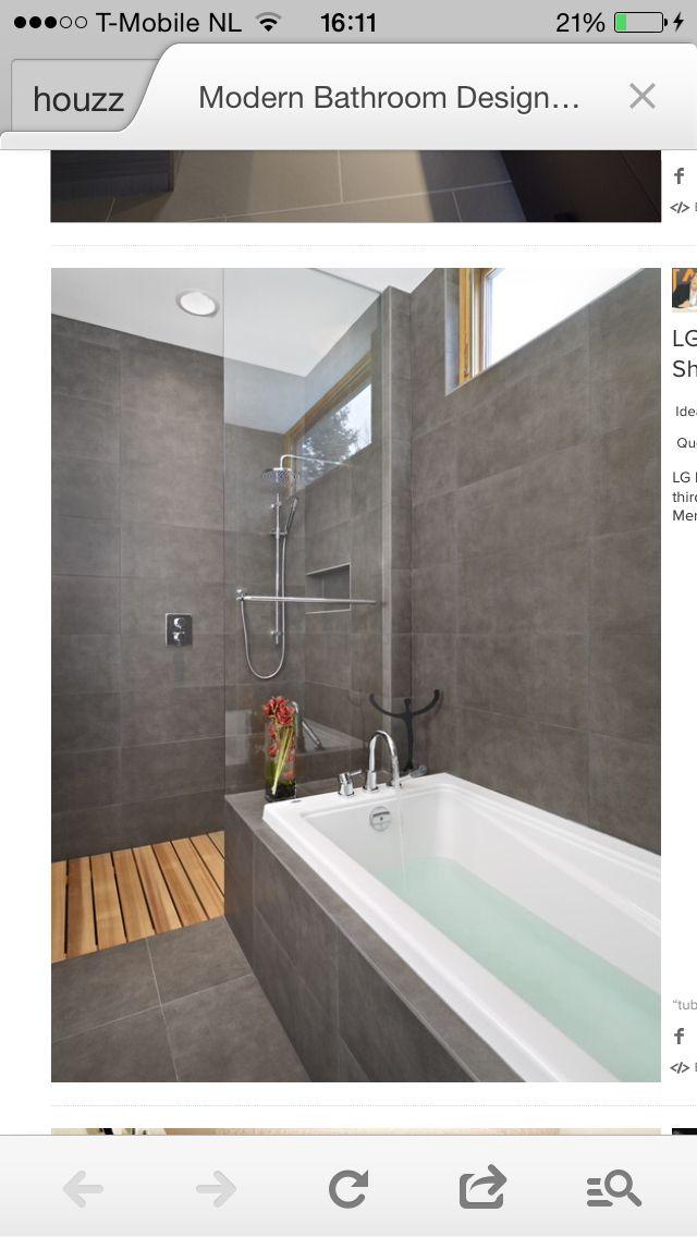 Badkamer donker grijze tegels met wit sanitair