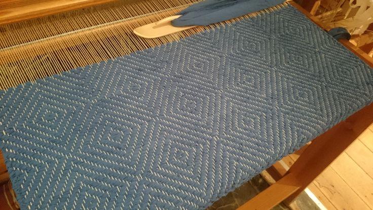 Vacker blå matta vävd i gåsöga