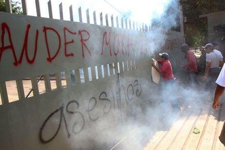 Familiares de normalistas hacen pintas en el cuartel militar de Iguala. Foto: Hugo Cruz